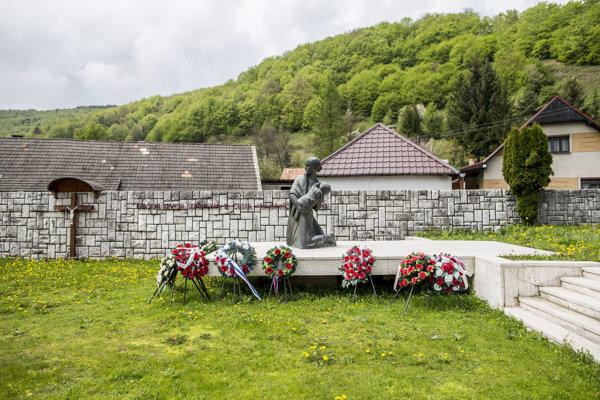 Pomník v Ostrom Grúni postavili na mieste, kde kedysi stál vypálený dom, v ktorom zavraždili 62 ľudí.