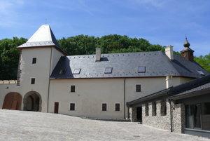 Na zámku.