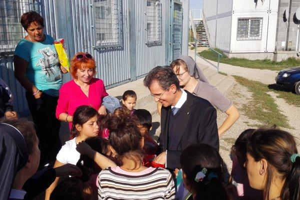 Komunitné centrum už dlhé roky funguje na Orechovom dvore. Fotka vznikla v roku 2015, keď ho navštívil prezident Maltézskej pomoci, ktorá na projekt prispieva aj finančne.