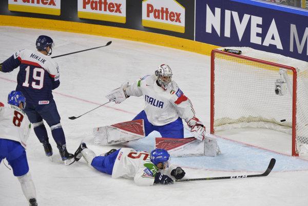 Michel Miklík (v modrom) strieľa prvý slovenský gól na šampionáte.