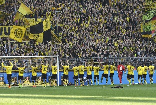 Futbalisti Borussie Dortmund oslavujú víťazstvo nad Hoffenheimom.