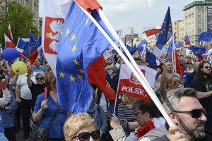 Poliaci protestujú proti vláde a podporujú proeurópsku orientáciu.