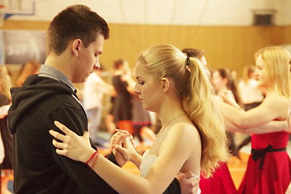 V telocvični zneli rezké rytmy a študenti sa potili pri tanci, inde skladali odbornú maturitu. Potili sa tiež, ale trochu inak.