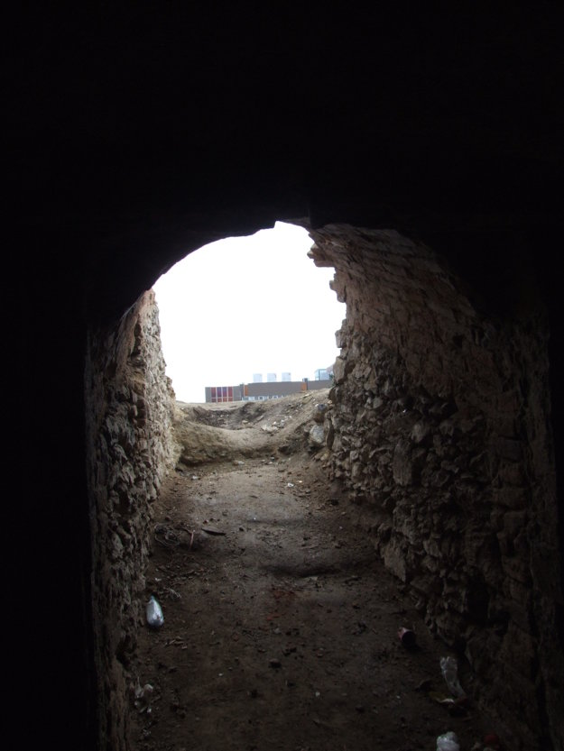 Pohľad z barokovej pivnice. V pozadí je Tesco.
