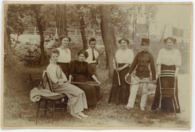 Na prelome 19.a 20.storočia sa tenis hrával v Petržalke pod Viedenskou cestou.