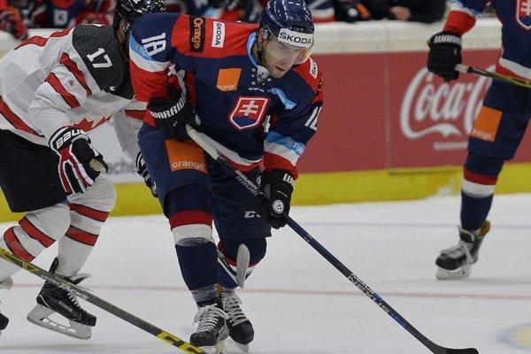 Andrej Kudrna v súboji s kanadským protihráčom.