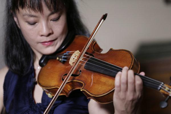 Huslistka Mira Wangová hrá na husliach Ames Stradivarius v New Yorku.