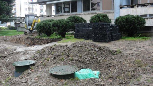 Zásobníky na dažďovú vodu osadili do zeme pri mestskom úrade.
