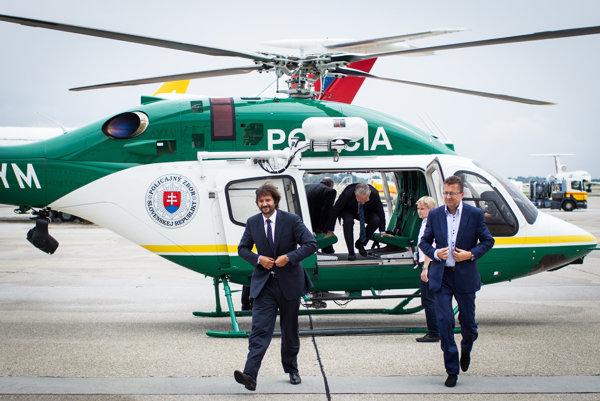Nový vrtuľník typu Bell krstil pred dvoma rokmi minister vnútra Robert Kaliňák. Akcie sa zúčastnil aj vtedajší minister obrany Martin Glváč.