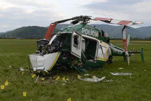 Pád vrtuľníka neprežili dvaja hasiči.