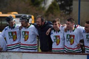 Počas finálových nájazdov v domácom víťaznom zápase mužstvo držalo spolu. V strede tréner Tomáš Urbaník.