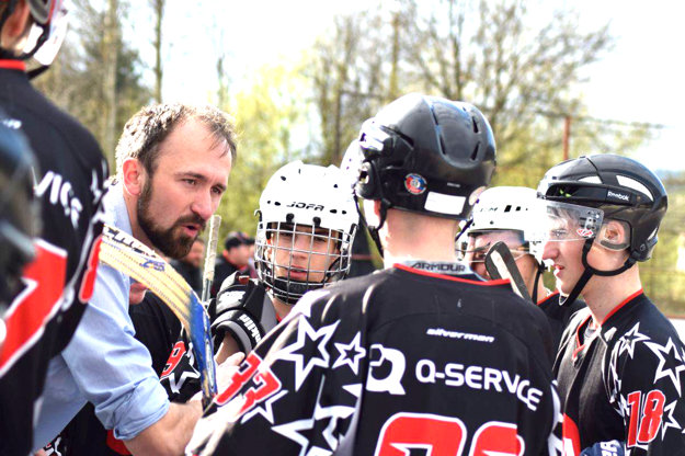 Tomáš Urbaník, tréner vicemajstrov SR v hokejbale, ako diskutuje s hráčmi. Počúva aj najlepší strelec extraligy Samuel Gabčo (úplne vpravo).