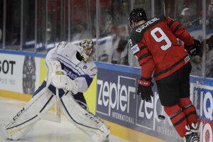 Kanaďan Matt Duchene (vpravo) sa pokúša zachytiť rozohrávku francúzskeho brankára Floriana Hardyho.