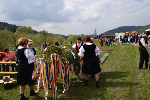 Stavanie mája v obci Zborov nad Bystricou.
