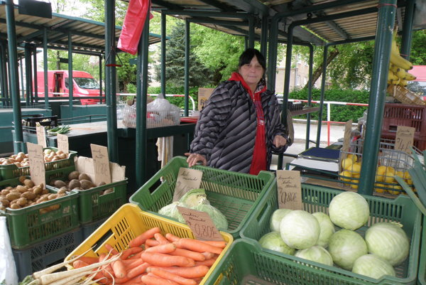 Vlasta Ferancová na tržnici na sídlisku Píly svojich stálych zákazníkov.