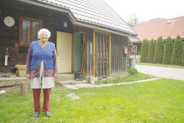 Pamätníčka udalostí Mária Macháčová pri chalupe, kde spali nemeckí dôstojníci.