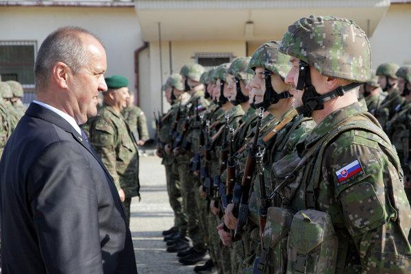 Minister obrany SR Peter Gajdoš (vľavo) počas slávnostného nástupu aktívnych záloh v Ženijnom prápore Sereď.