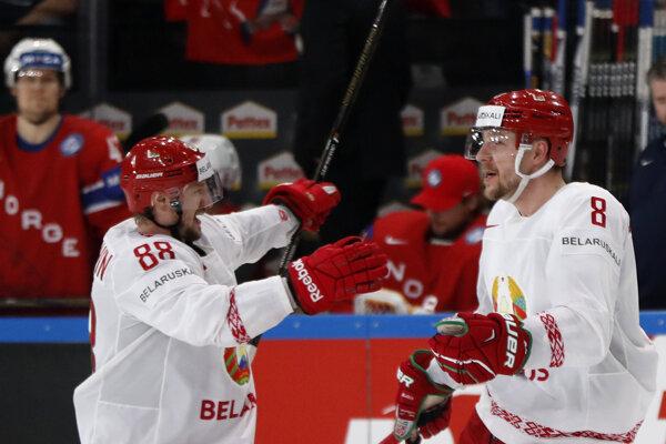 Bielorus Iľja Šinkevič oslavuje svoj gól so spoluhráčom Jevgenijom Kovyršinom.