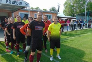 Radoslav Havrlent (vľavo) aGabriel Havrlent. Bratia sa proti sebe postavili vzápase Pobedim – Horná Streda 4:1 ako kapitáni svojich tímov. Viac radosti mal Gabriel.