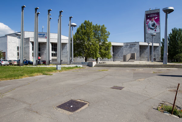 Bratislavský Dom odborov Istropolis sa nachádza na Trnavskom mýte, ktoré je dôležitým dopravným uzlom.