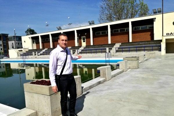 Červená hviezda. Štefan Ferencz ukazuje, že sa okolo bazénov povrch zdrsní, aby sa nešmýkalo.