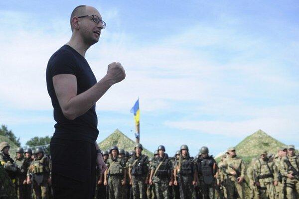 Premiér Arsenij Jaceňuk po rozpade koalície v ukrajinskom parlamente oznámil odstúpenie.