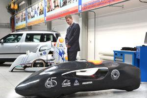 Braňo Konečný. Šéf projektu s novým (v popredí) a starým vozidlom.