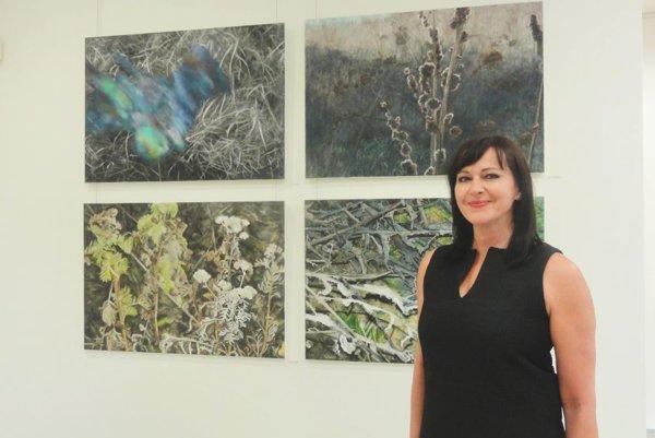 Autorka Eva Pardupová so svojimi dielami.