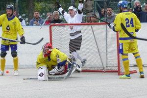 Michal Romančík sa teší z druhého gólu Hokejmarket Skalica v 3. finále hokejbalovej extraligy proti Kežmarku. Bude už dnes o majstrovi rozhodnuté?