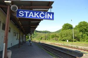 Stanica Stakčín. Do konca roka ztejto stanice bude odvážať cestujúcich namiesto vlaku autobus.