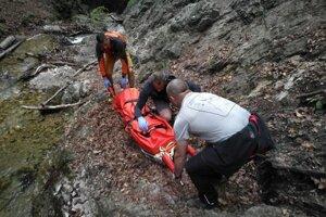 Muža preniesli horskí záchranári na nosidlách.