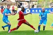 Neded porazil v derby Šaľu 2:0. Domáci Taiwo (v červenom) medzi Domastom a Lalákom.