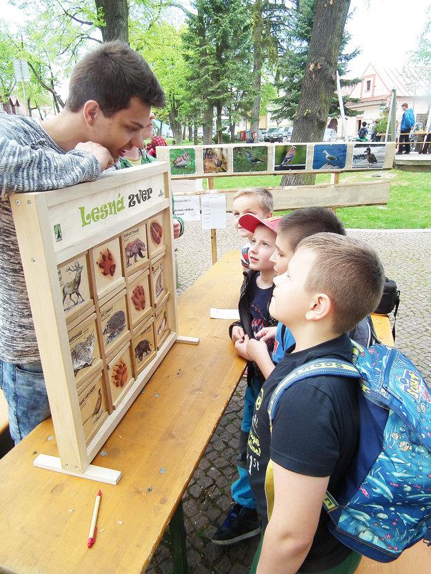 Deti z Liesku pri spoznávaní lesných zvierat.