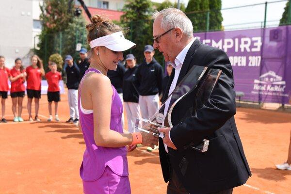 Riaditeľ turnaja Empire Slovak Open Miroslav Hlavna odovzdáva ocenenie pre víťazku turnaja, ktorou je česká tenistka Markéta Vondroušová.
