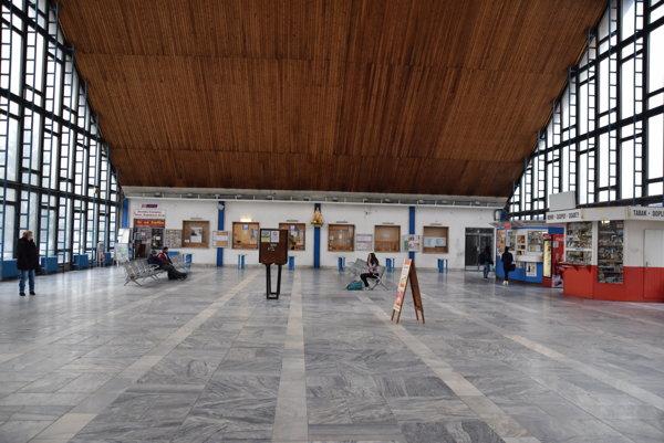 Na Železničnú stanicu v Čadci, ktorá je prihraničnou, prichádza množstvo cestujúcich. Mnohým sa už dlhší čas nepáči jej vzhľad.