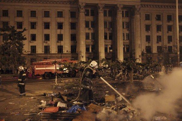 O požiari v Dome odborov v Odese sa vedú dohady. Našli tam aj telá ľudí, ktorí nezhoreli.