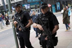 Britskí policajti hliadkujú v uliciach Manchesteru.