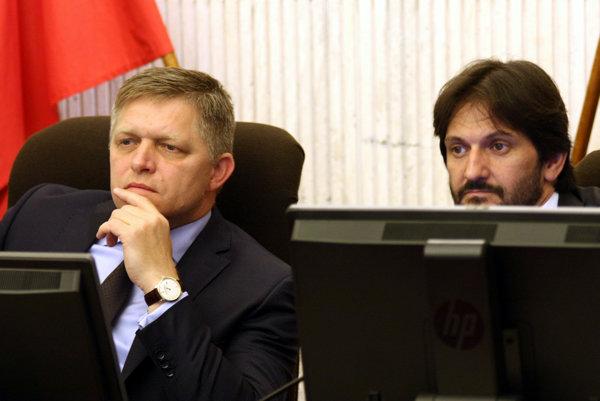 Predseda vlády SR Robert Fico a minister vnútra SR Robert Kaliňák počas predošlého verejného vypočutia kandidátov na predsedu ÚVO.