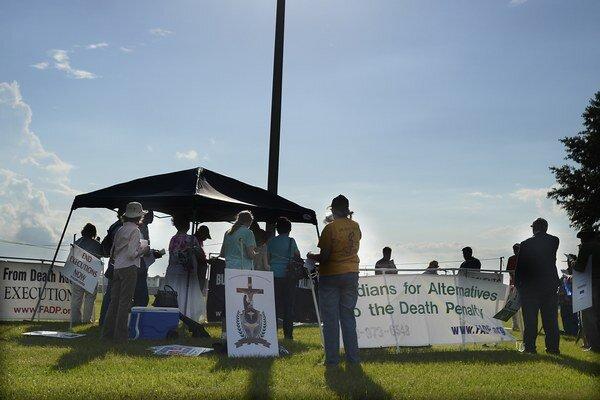 Prostestujúci proti trestu smrti sa zhromaždili pred Henryho popravou pred väznicou na Floride.