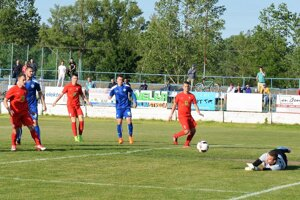 Zľava v červenom A. Morong, strelec vyrovnávajúceho gólu N. Jankto a M. Paukner, autor druhého gólu ŠKF.