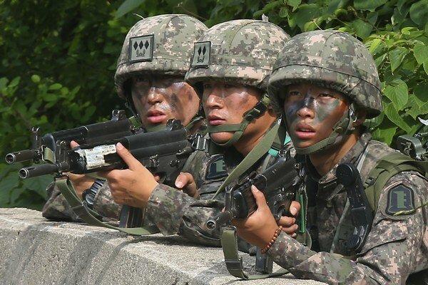 Vojak bol obkľúčený armádou a zahnaný do kúta v riedko zalesnenej oblasti blízko menšieho mesta.