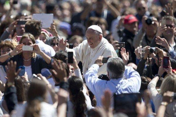Vatikán čaká oveľa viac ľudí ako na nedeľňajšej veľkonočnej omši.