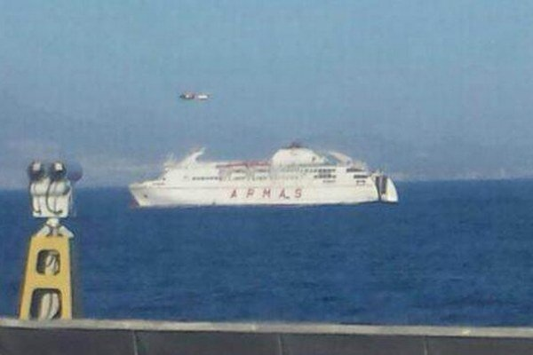 Pri navádzaní plavidla do prístavu pomáhala trajektu námorná záchranná služba svojim vrtuľníkom.