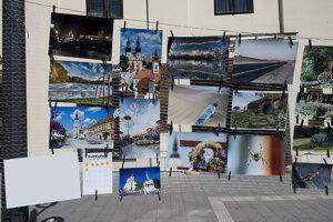 Fotografie prezentovali priamo na Hlavnej ulici.