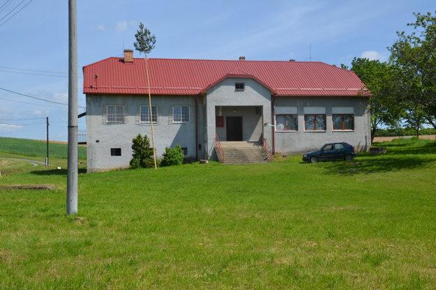 Budova v časti Maštinec s novou strechou.