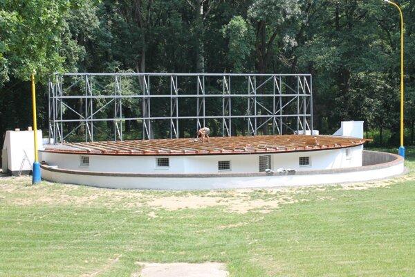 Pódium amfiteátra bude prekryté.