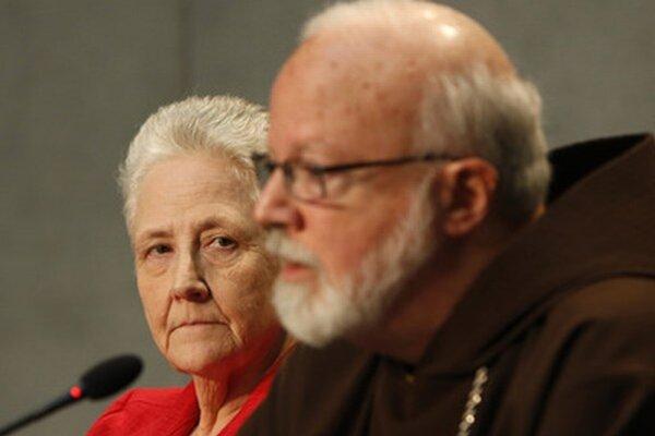 Členovia komisie Marie Collinsová a Sean O'Malley.