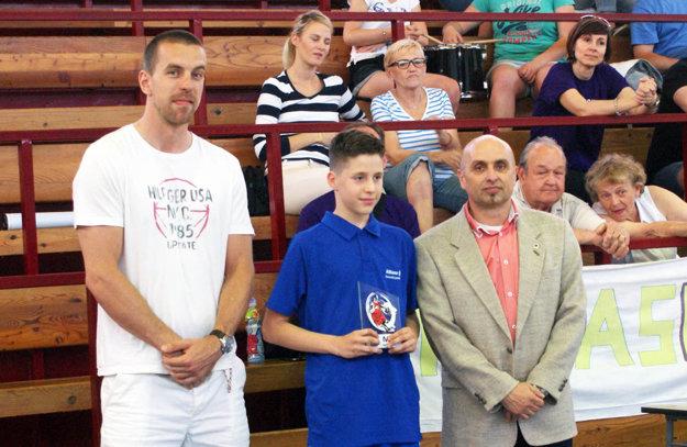 Cenu pre MVP turnaja získal Maroš Šimko. Blahoželal mu aj slovenský reprezentant Michal Baťka.