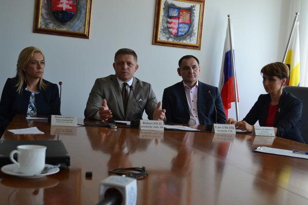 Zľava Denisa Šaková, Robert Fico a Peter Chudík.