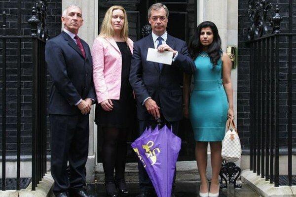 Sanya-Jeet Thandi (vpravo) a šéf strany UKIP Nigel Farage pred úradom britského premiéra.